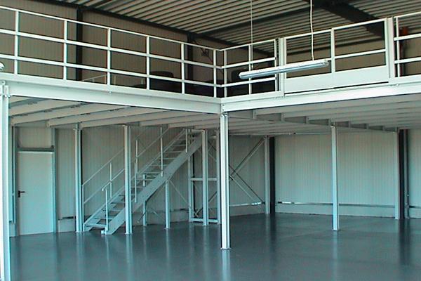Lagerbühne weiße Treppe